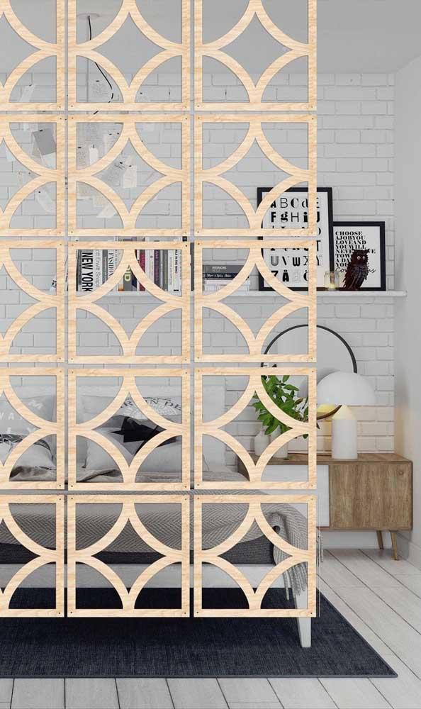 Mas se preferir algo mais glamoroso, pode apostar em uma divisória de madeira com pintura metalizada