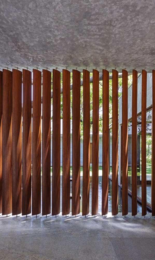 Divisória de madeira para área externa com ripas fixadas individualmente