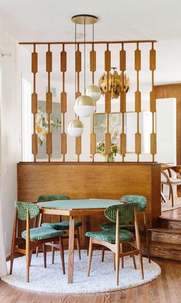 Divisória de madeira sobre o balcão da cozinha