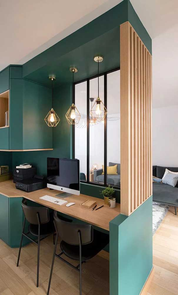 Para acompanhar o estilo do home office, a opção foi usar uma divisória de madeira clara