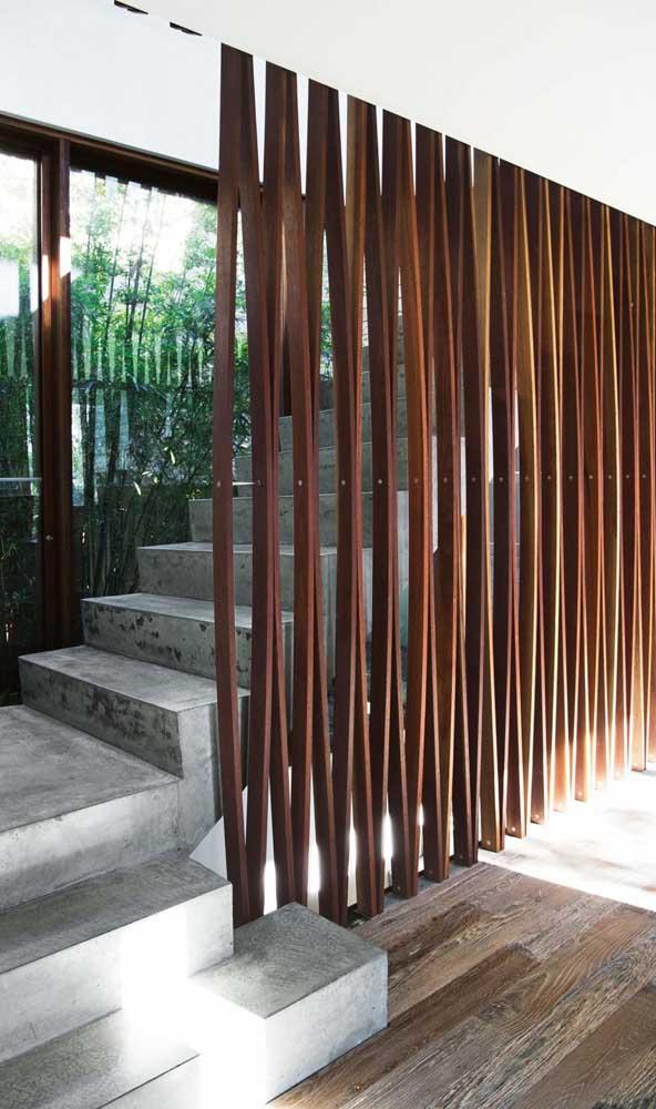 Ao invés de guarda corpo na escada, que tal um painel de madeira?