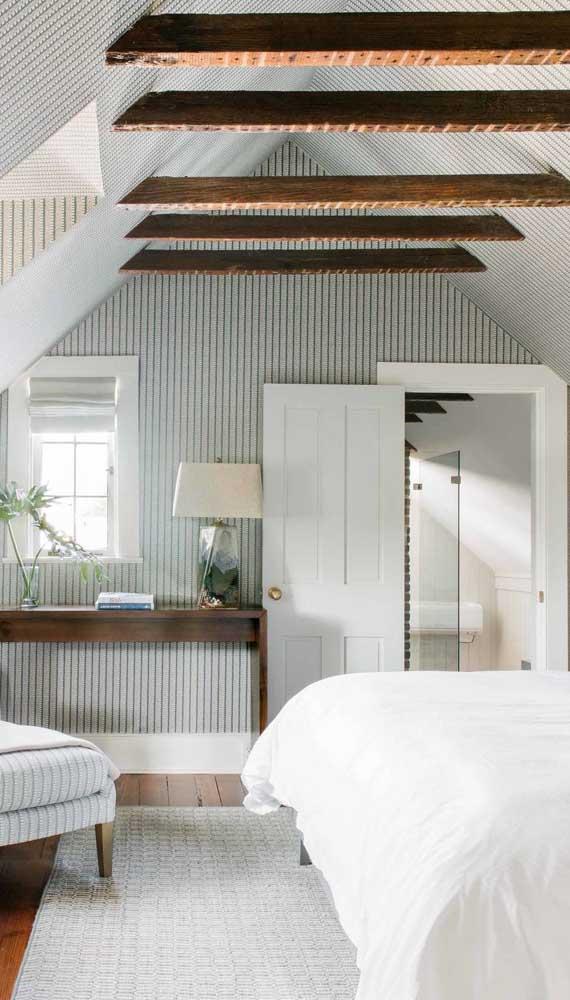 Aqui, nesse quarto de casal, o papel de parede vai até o teto