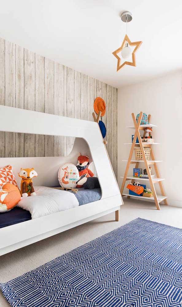Papel de parede com listras que imitam réguas de madeira