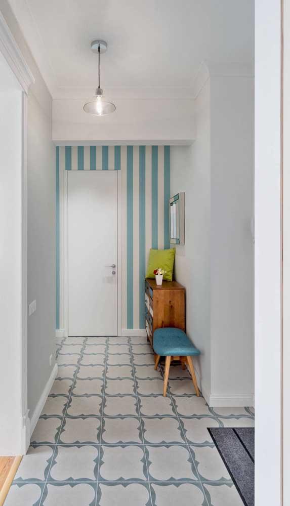 Opção suave e delicada para o hall de entrada: parede com listras azul e branca