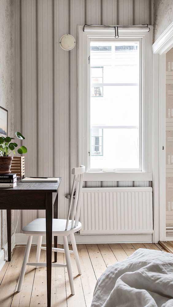 O papel de parede listrado em tons claros e neutros é uma ótima opção para quem deseja manter a neutralidade da decor