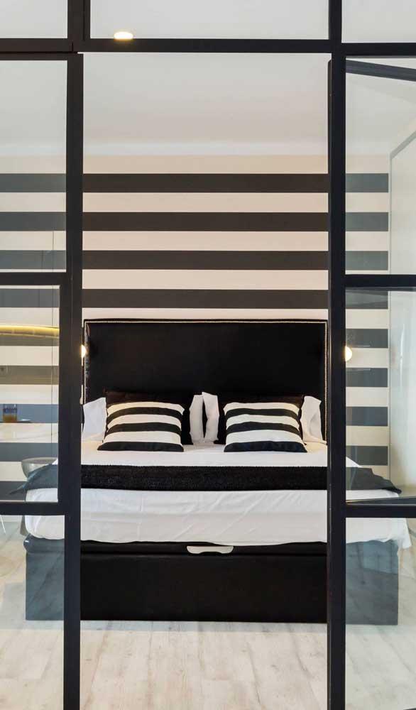 Parede com listras horizontais para ampliar visualmente o quarto do casal