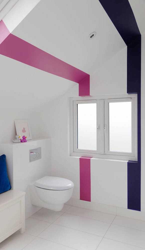 Banheiro moderno com apenas duas listras coloridas. Repare, no entanto, que as listras vão da parede ao teto