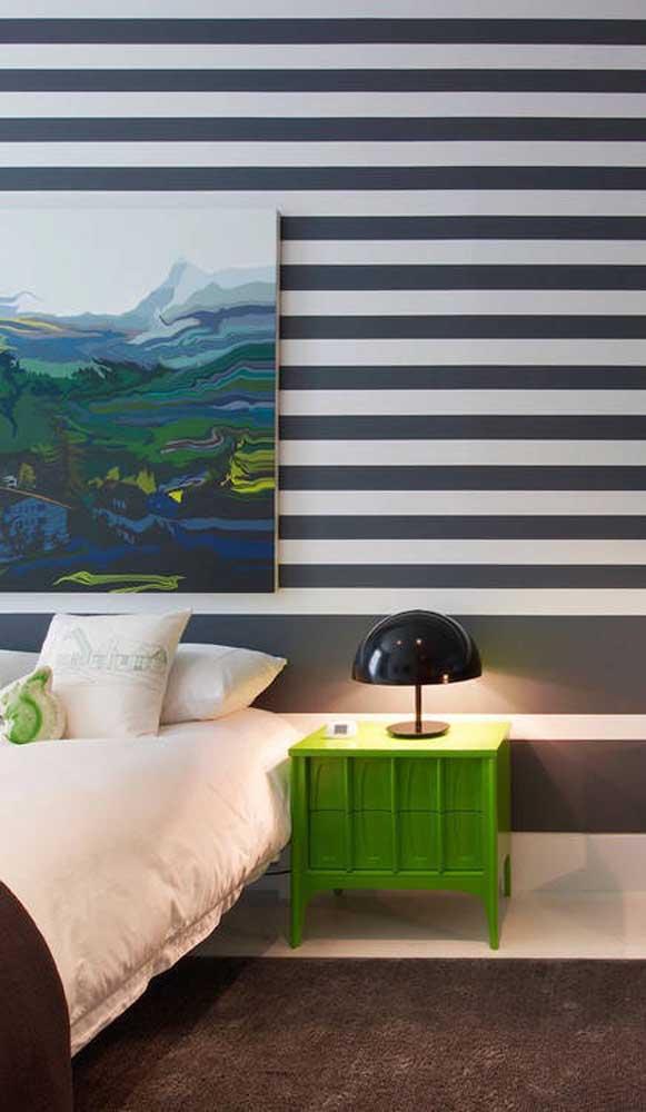 No quarto do casal a ideia é quase a mesma: combinar as listras em preto e branco com objetos em verde