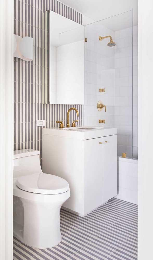 Banheiro pequeno com listras que revestem o chão e as paredes