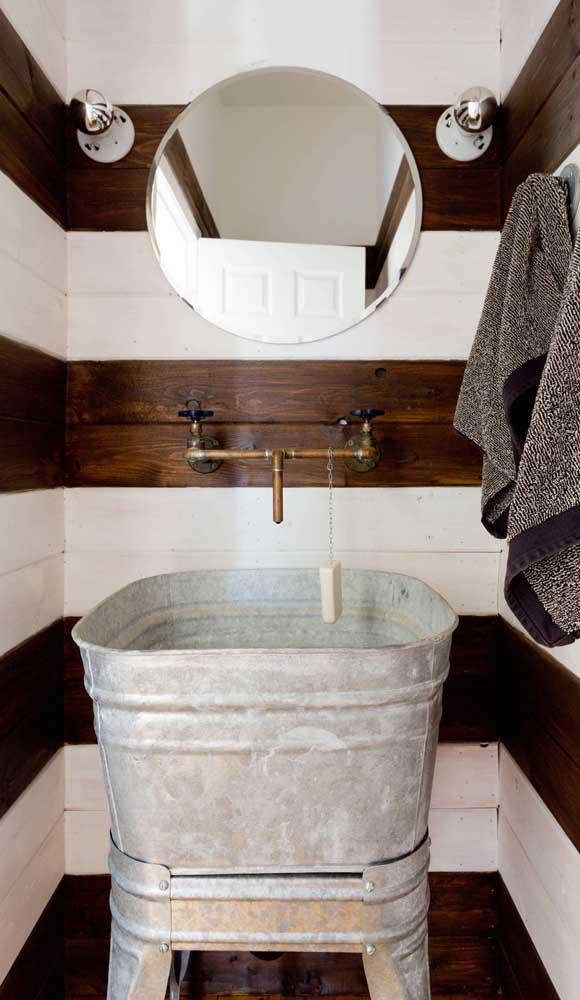 Nesse outro lavabo, as listras foram criadas com madeira e azulejos