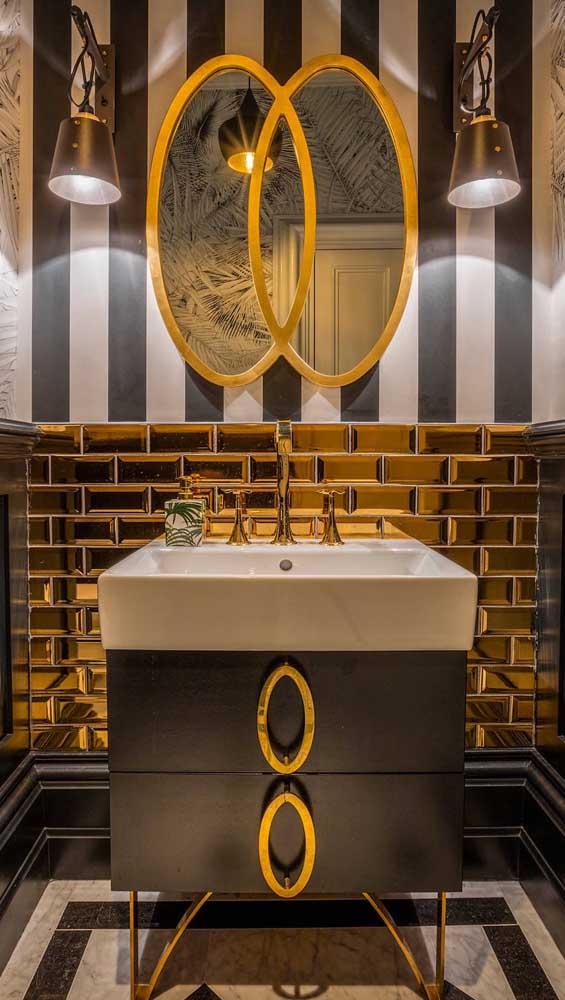 Um lavabo cheio de estilo decorado com meia parede listrada