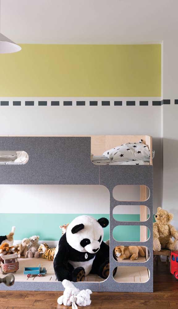 Listras largas e coloridas marcam a parede desse quarto infantil delicado