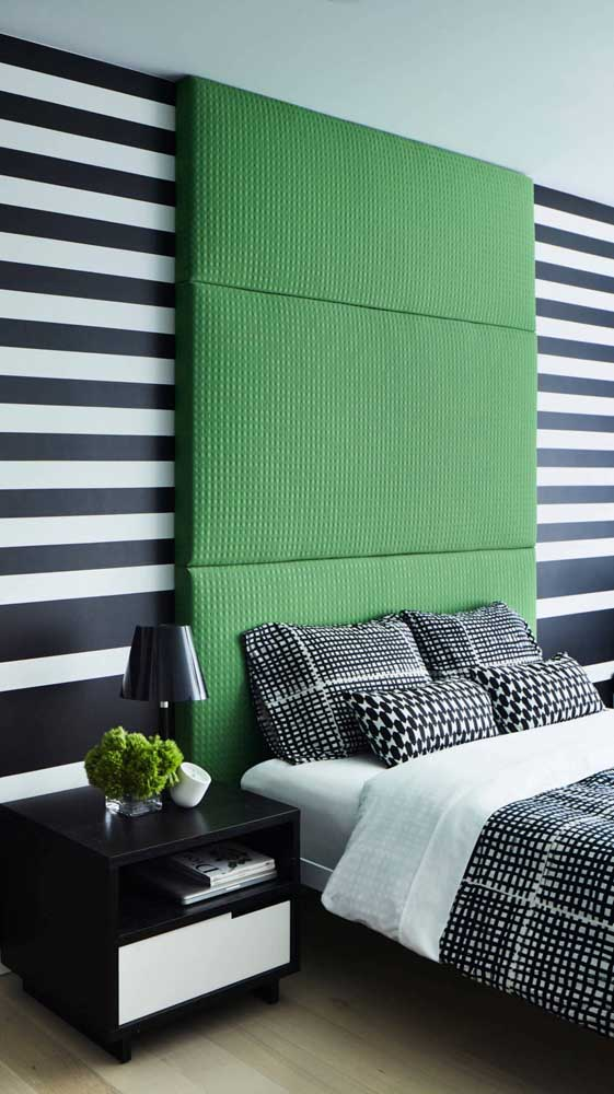 Que tal combinar a parede listrada do quarto com uma cabeceira de dar inveja?