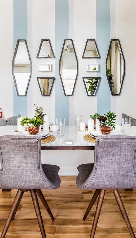Para essa sala de jantar, cada listra tem um espelho