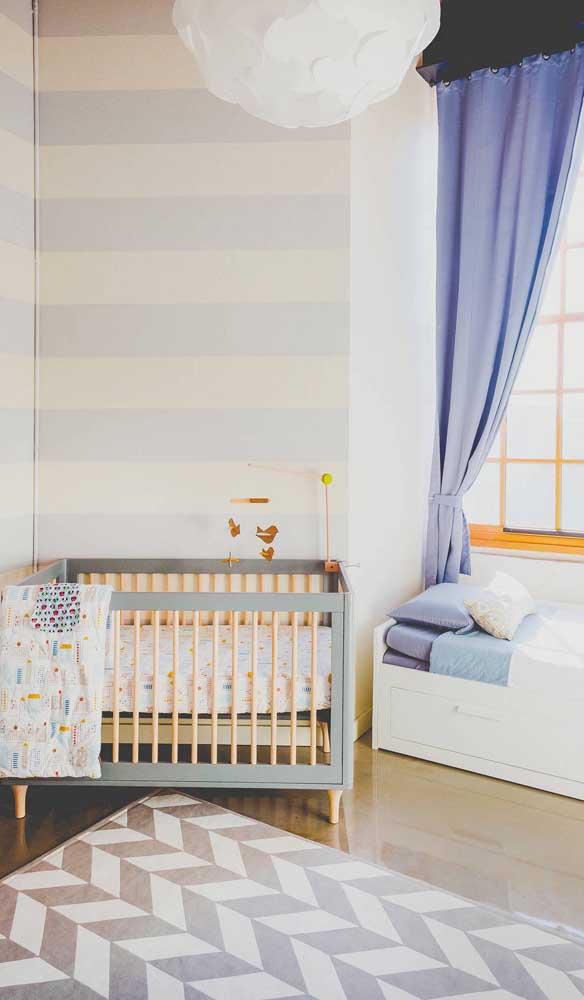 Pura delicadeza esse quarto de bebê com paredes listradas em tom de amarelo e lilás suave