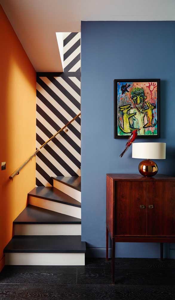 Sabe aquela parede lisa e sem graça que acompanha a escada? Pois é ali mesmo um ótimo lugar para inserir as listras