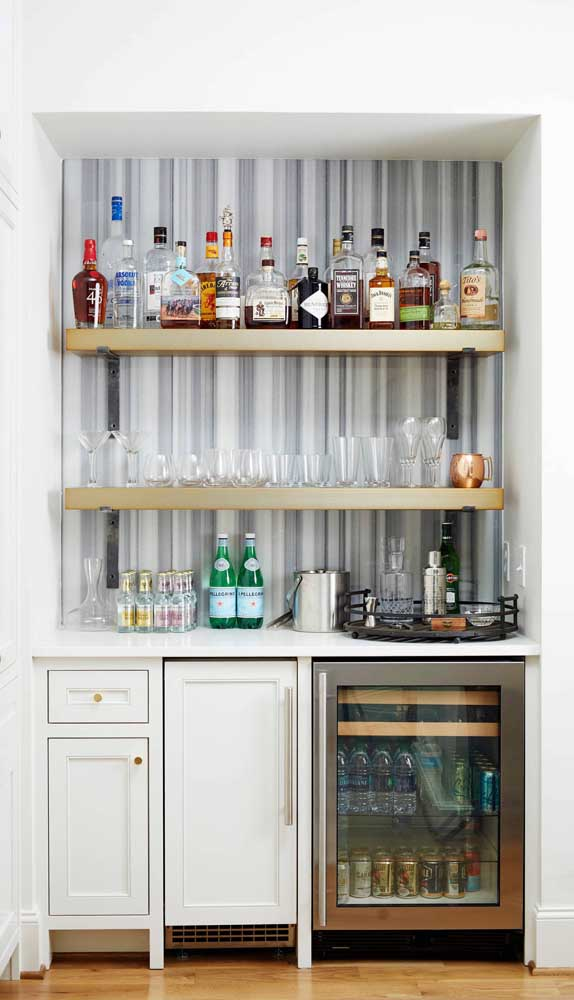 O bar da casa ganhou mais estilo com a parede listrada aos fundos