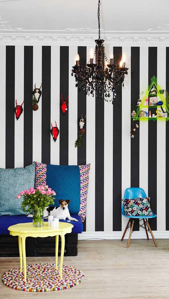 Opte por poucos objetos decorativos para adornar a parede listrada