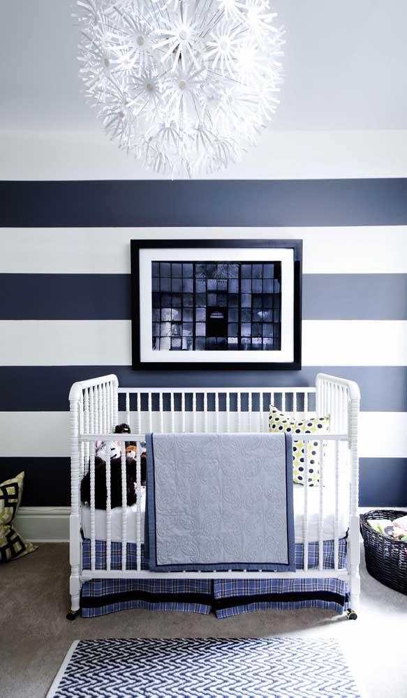 Quarto de bebê com parede listrada azul marinho e branco: um clássico atemporal