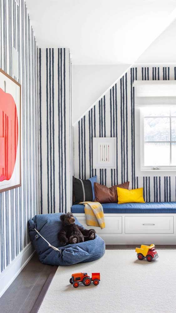 Nesse quarto infantil, as listras delicadas ocupam todas as paredes do quarto