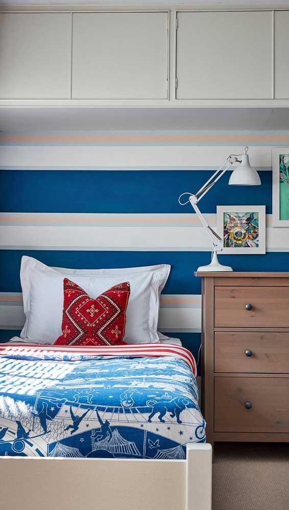 Para quem precisa ampliar visualmente o quarto uma boa saída é a parede com listras horizontais