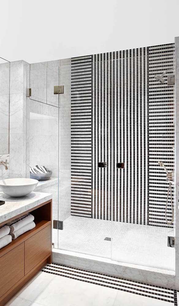 Banheiro clean e elegante decorado com parede listrada. Note que as listras foram feitas com pastilhas de vidro