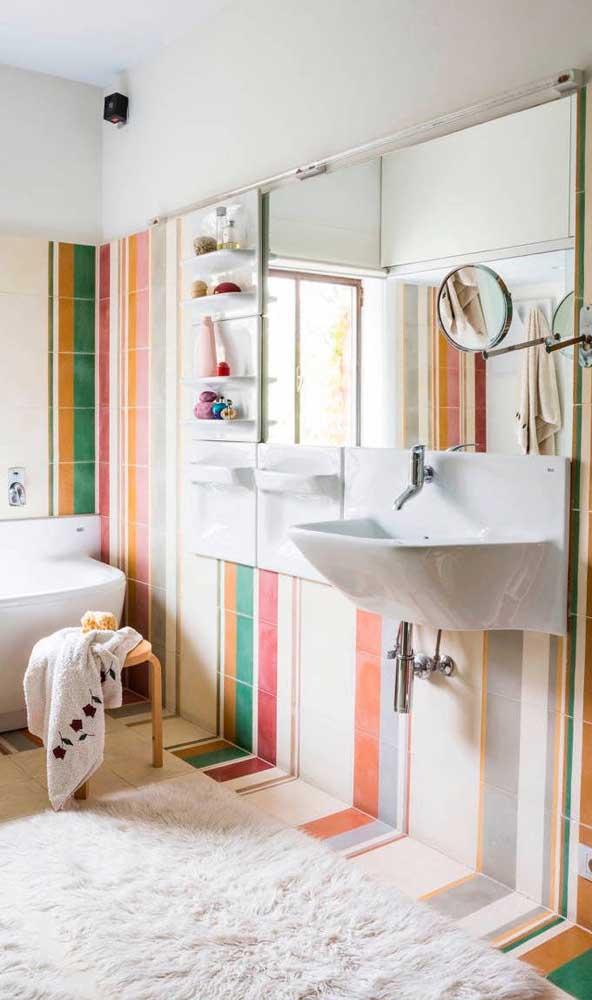 Os azulejos também podem ser usados para criar as listras na parede do banheiro