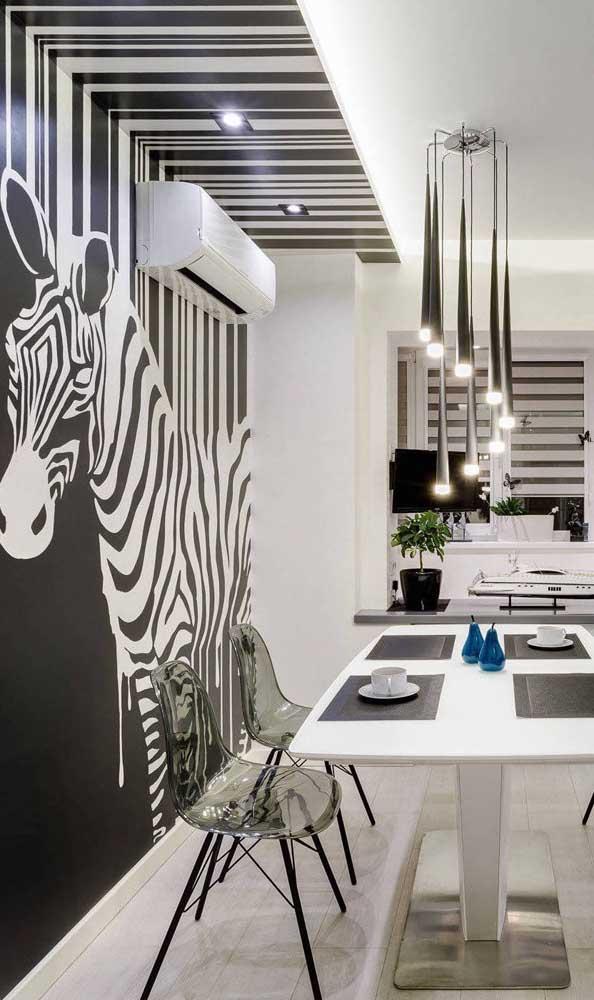 Aqui nessa sala de jantar, a zebra empresta suas listras para decorar a parede