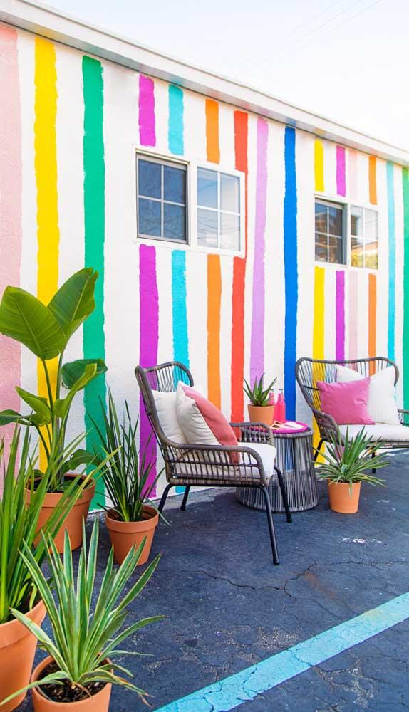 Para quem deseja apostar em uma parede listrada despretensiosa e jovial, essa é uma linda inspiração!