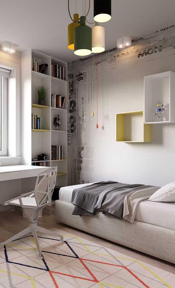 A luminária pendente e colorida no meio do quarto chama toda a atenção