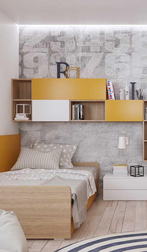 Tons de amarelo e cinza para um quarto de solteiro moderno