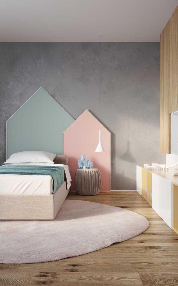 Quarto de solteiro infantil com cores suaves e detalhes modernos, como a parede de cimento queimado aos fundos