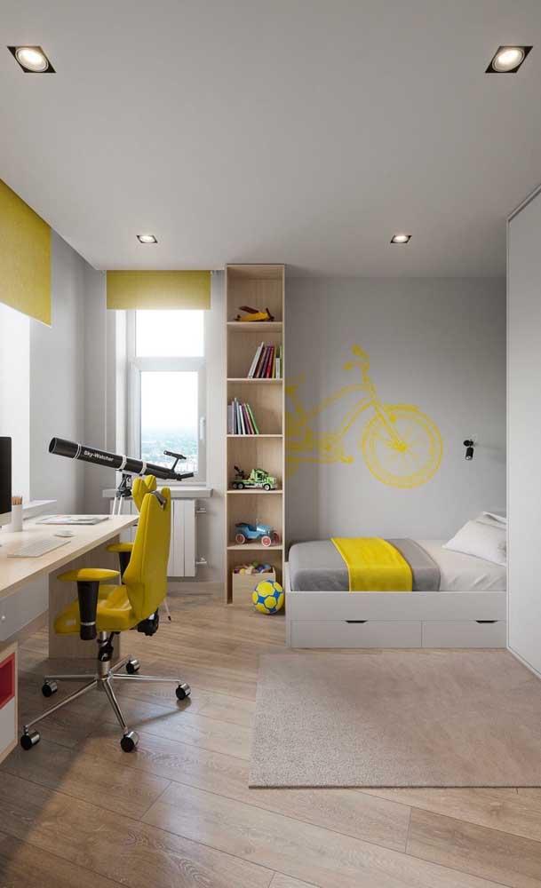 Nesse quarto de solteiro, a base branca permitiu acrescentar detalhes vibrantes em amarelo