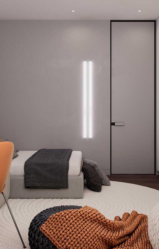 Quarto de solteiro moderno e minimalista em tons de branco, cinza, preto e laranja