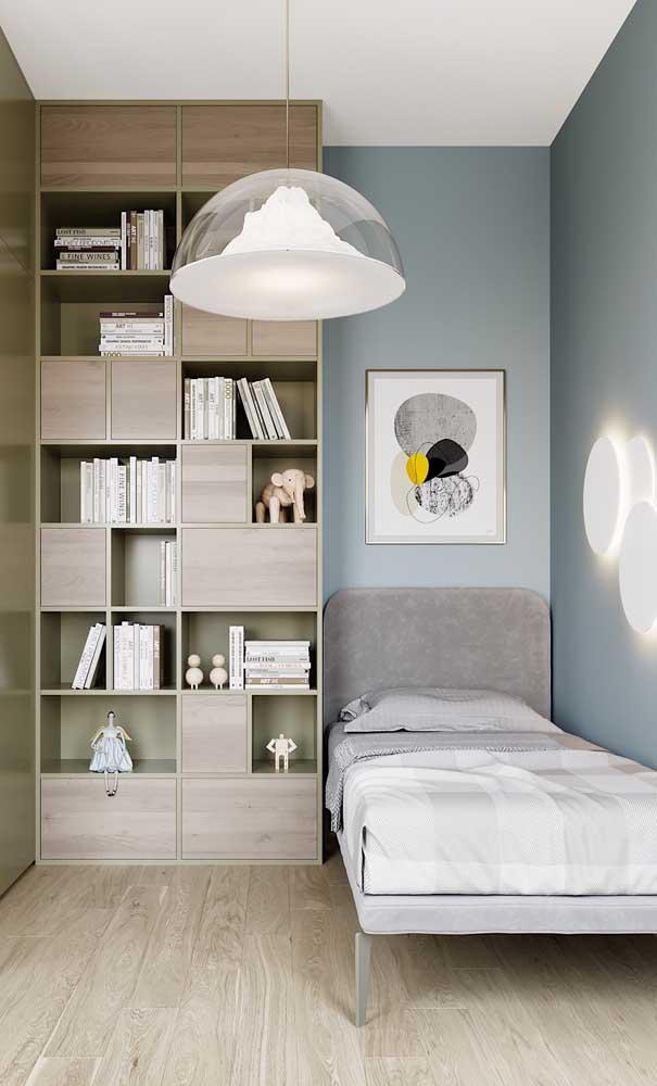 Estante com nichos abertos para organizar e decorar ao mesmo tempo o quarto de solteiro