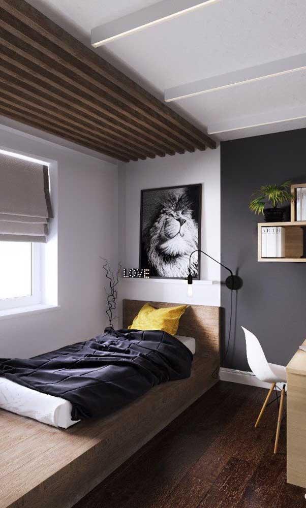 A madeira é o destaque desse outro quarto de solteiro. Repare que o material está no teto, na cama e no piso