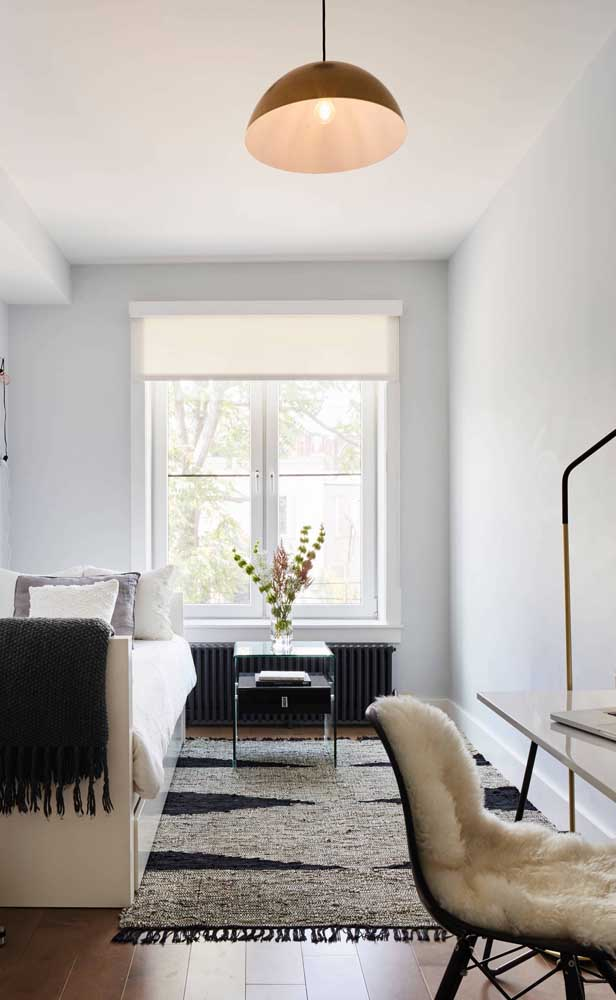 Iluminação natural para valorizar a proposta clean da decoração do quarto de solteiro