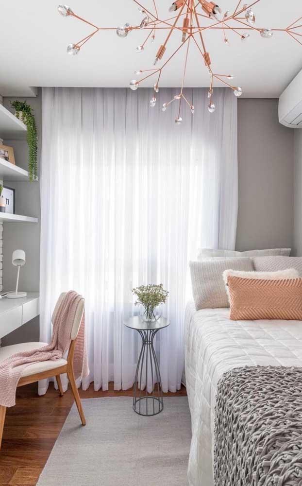 A cortina de voil traz fluidez, leveza e completa a proposta delicada e romântica da decoração do quarto de solteiro feminino