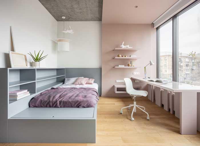O quarto grande de solteiro ganhou móveis sob medida para ocupar os espaços de modo proporcional