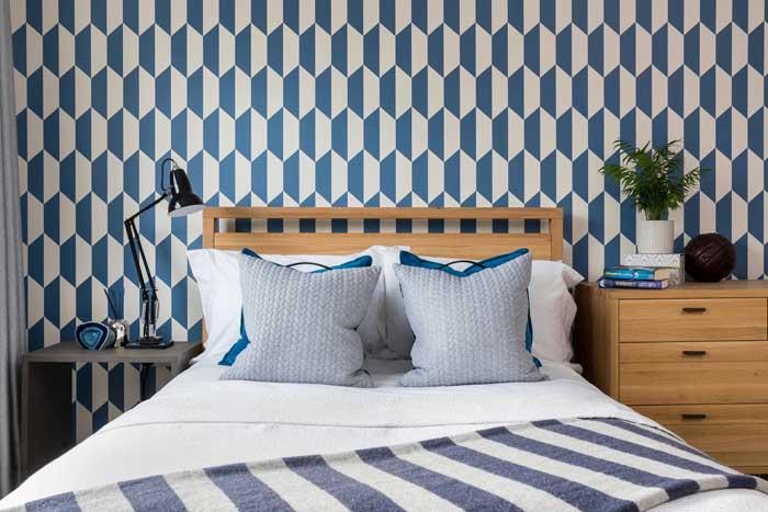 Na dúvida, aposte em um papel de parede para valorizar a decor do quarto de solteiro