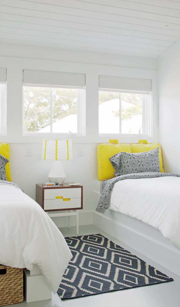 O criado-mudo também é perfeito para criar delimitações visuais no quarto, especialmente naqueles compartilhados