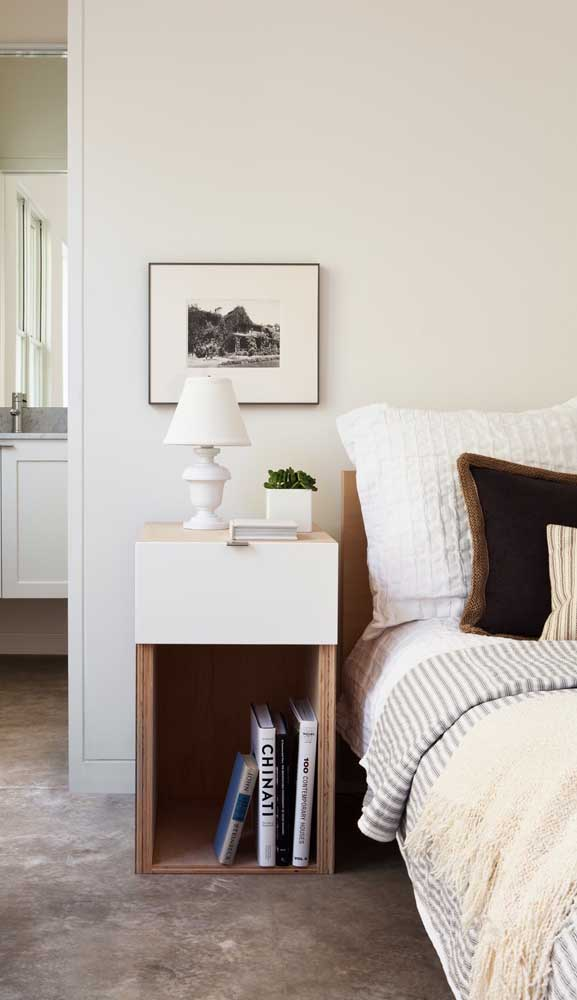 Com um espaço maior ao lado da cama é possível optar por um modelo de criado-mudo alto, semelhante a uma cômoda