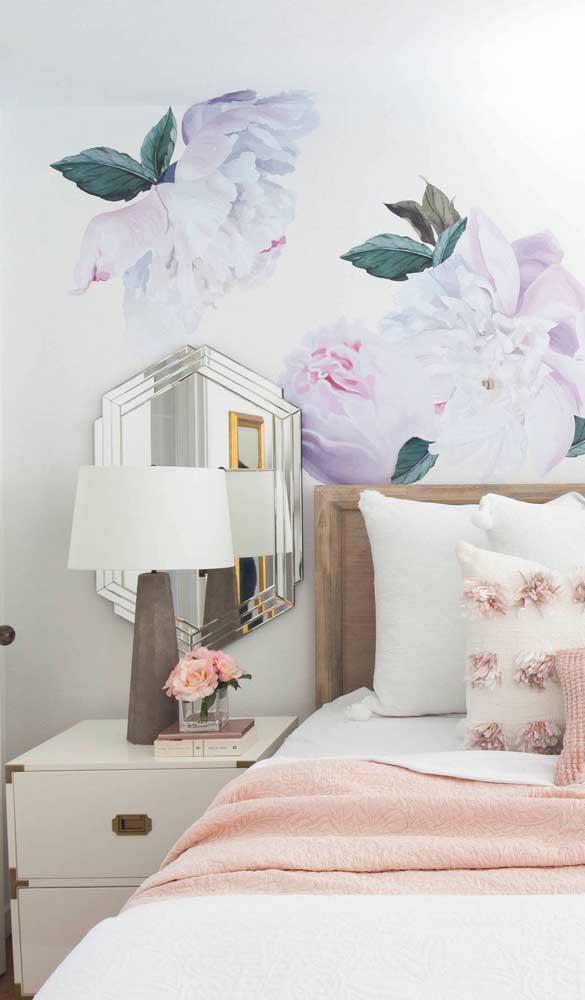 Para o quarto de estilo romântico e delicado, a opção foi por um criado-mudo branco com detalhes em tom de dourado envelhecido