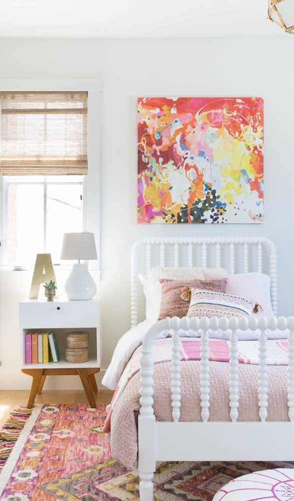 Já nesse quarto de estilo retrô, a aposta foi em criado-mudo moderno, mas repare que as cores se mantem em harmonia