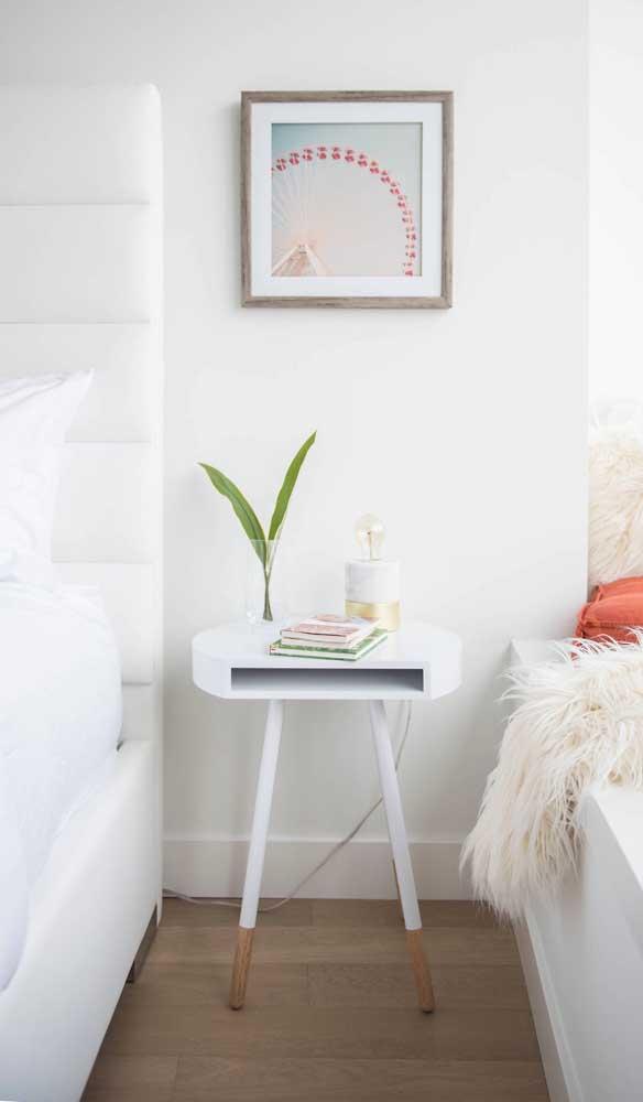 Criado-mudo com cara de mesinha lateral, modelo perfeito para quem deseja apenas um apoio ao lado da cama