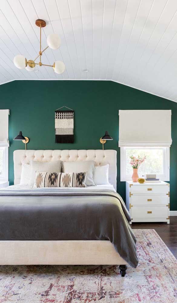 A super elegante parede verde deu todo o destaque para o criado-mudo branco