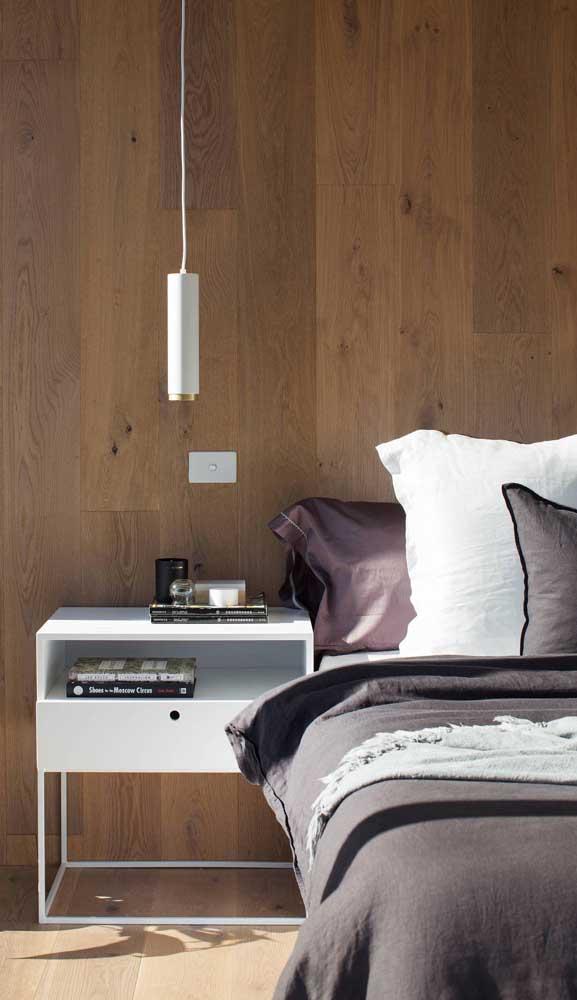 Criado-mudo com base metálica e luminária pendente: funcionalidade, conforto e praticidade no quarto