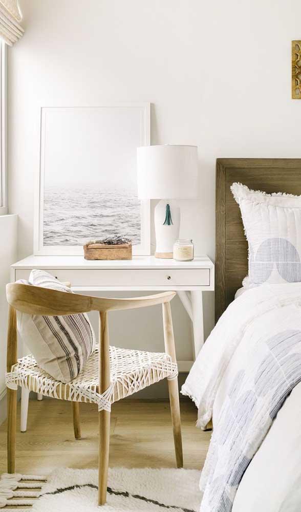A escrivaninha do quarto também pode ser usada como criado mudo, como sugere essa imagem
