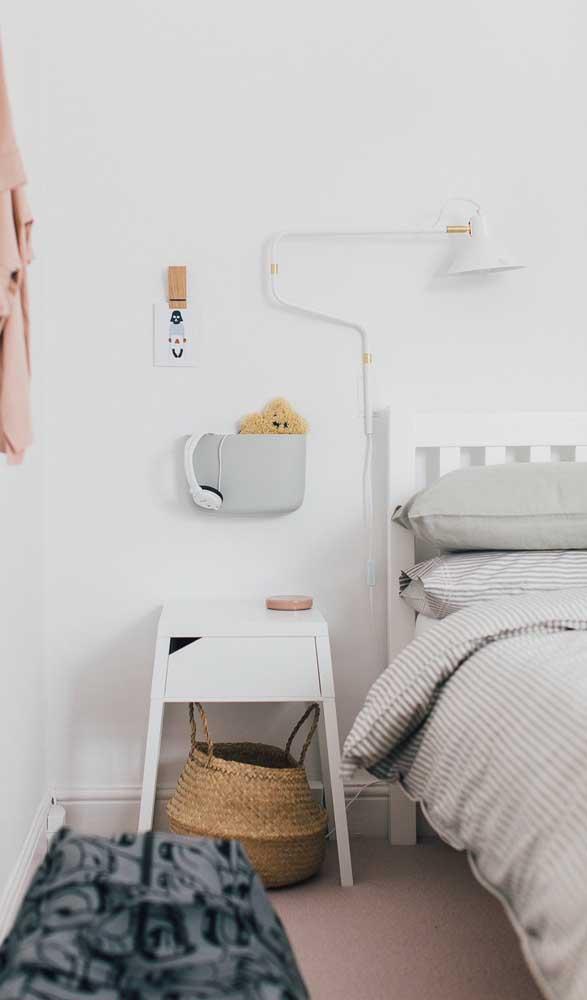 Criado-mudo para o quarto infantil na altura ideal da cama