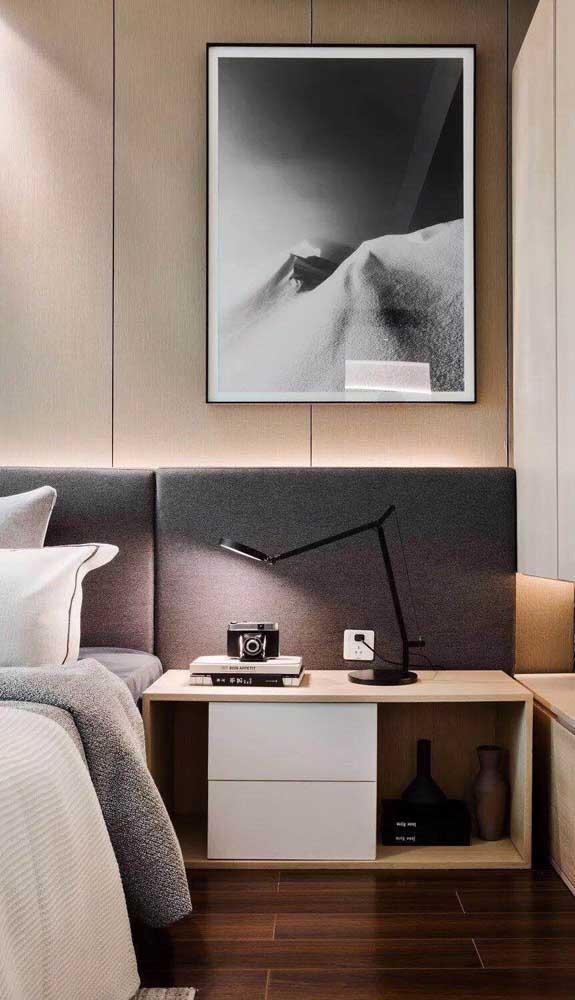 Nesse quarto de casal, o criado-mudo planejado foi instalado no espaço da cabeceira